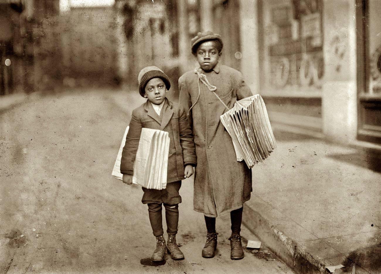 Lewis Hine - Niños negros vendedores de periódicos