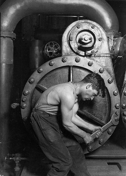 Lewis Hine - Trabajador mecánico reparando la máquina de vapor de una central eléctrica - 1920