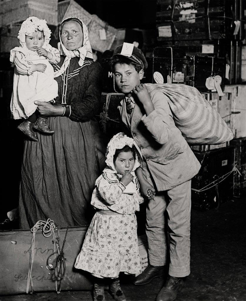 Lewis Hine - Familia italiana - Ellis Island 1905